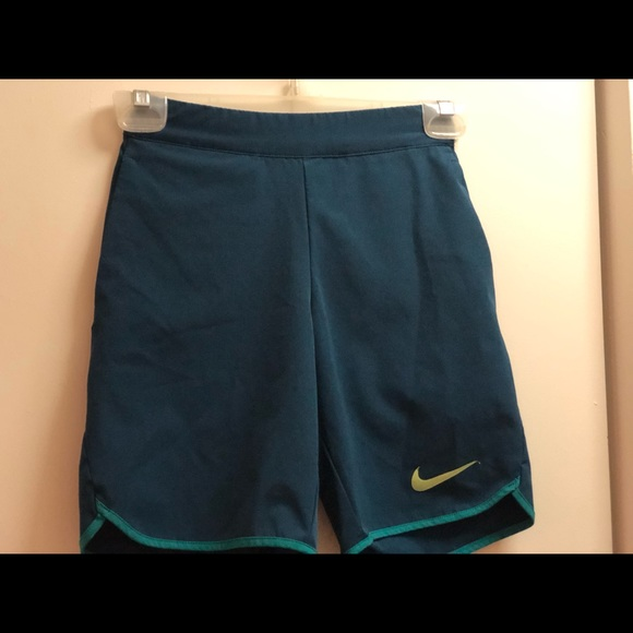 NIKE Boys Tennis Shorts size S